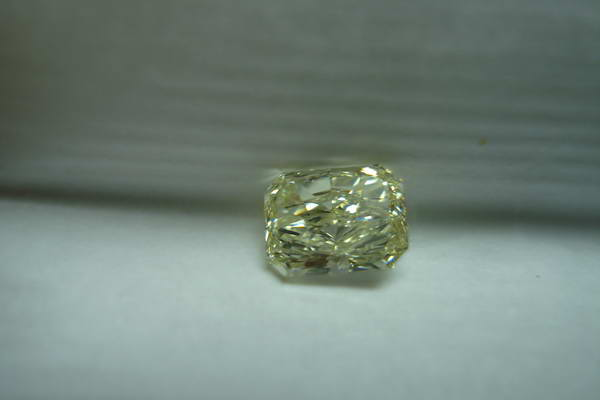 yellow round brilliant diamond